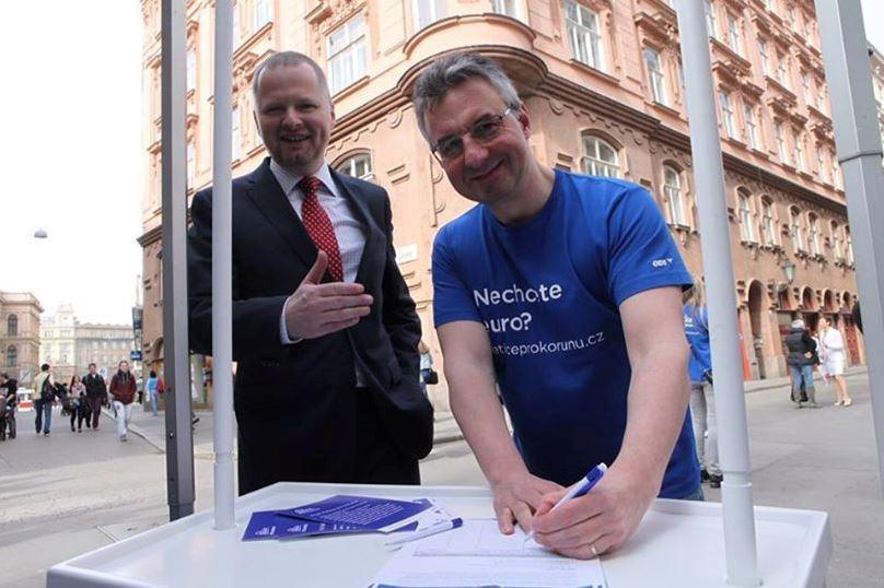 Petr Fiala a Jan Zahradil společně podepsali Petici pro korunu
