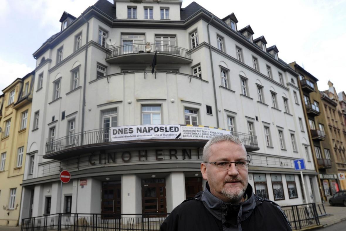 Ředitel Vladimír Čepek před budovou Činoherního studia v Ústí nad Labem