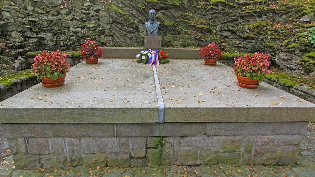 Benešova hrobka s prezidentovou bustou