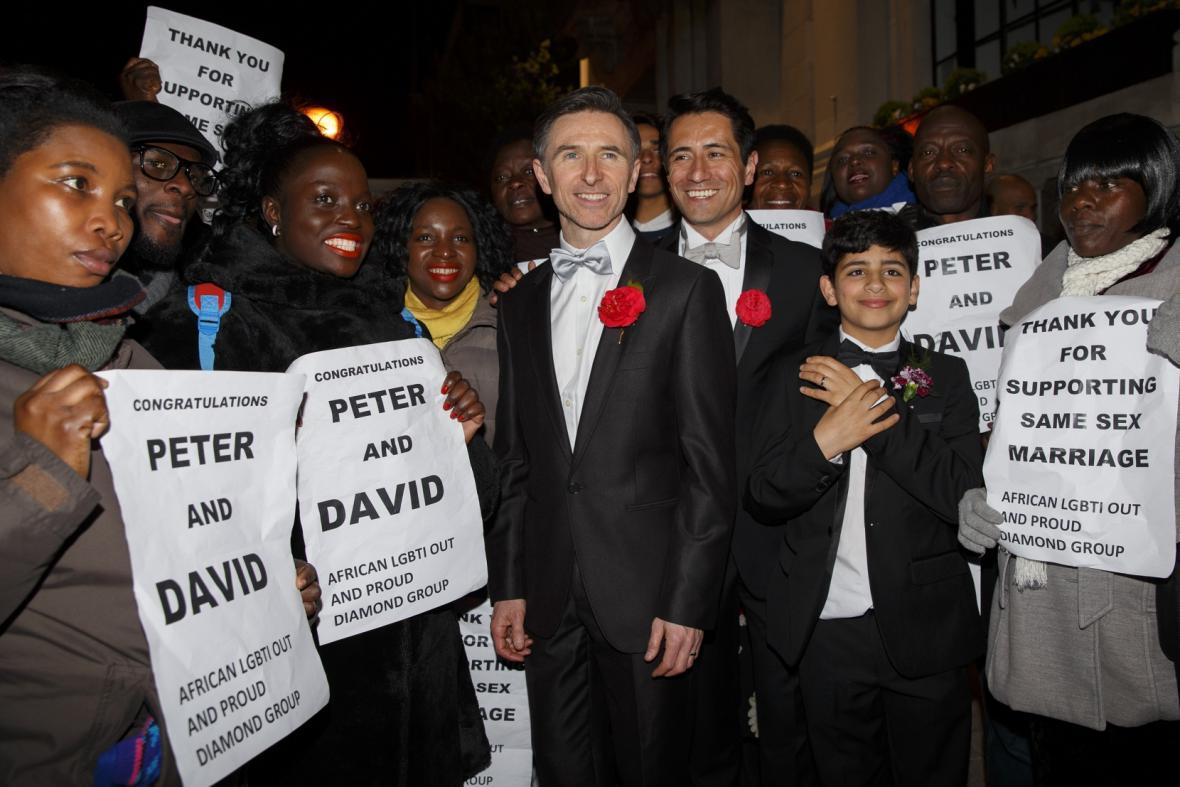 První homosexuální pár v Británii, který byl oddán, Peter McGraith a David Cabreza