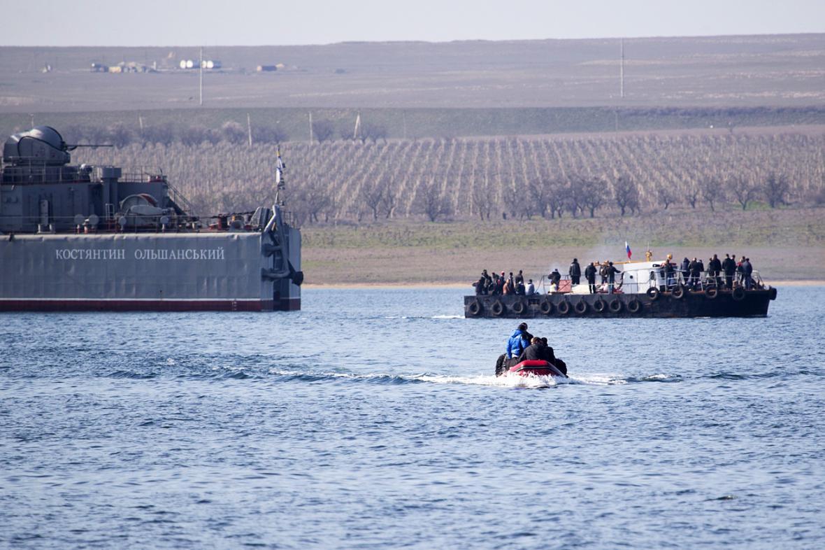 Ukrajinští vojáci opouštějí loď Kosťantyn Olšanskyj