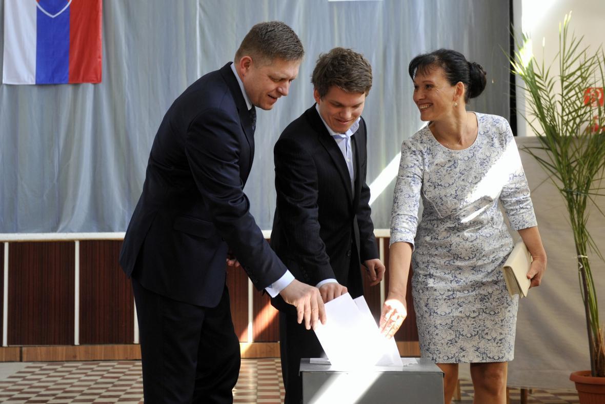 Robert Fico u voleb se ženou a synem