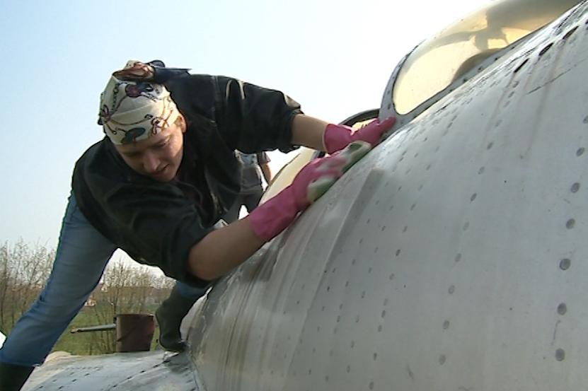 Dobrovolníci pečují o veterány mezi letadly