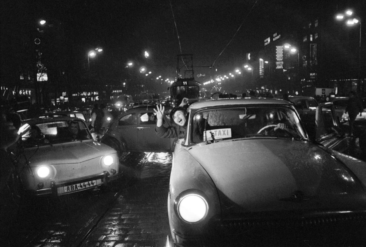Václavské náměstí: oslavy vítězství hokejistů nad SSSR (28. 3. 1969)