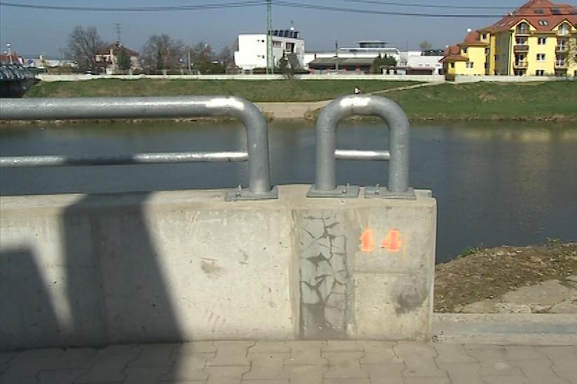 Místo lipové aleje lemují hráz protipovodňové zdi