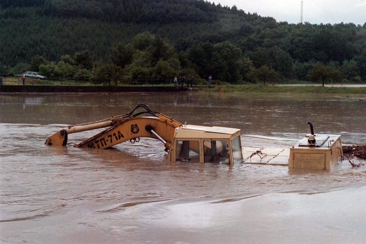 Tisíciletá voda zatopila i bagr