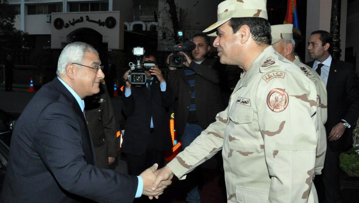 Úřadující prezident Adlí Mansúr a generál Sísí