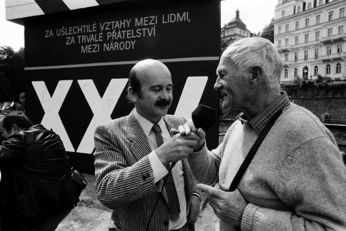 Moderátor Tomáš Sláma s Bohumilem Hrabalem (1987)