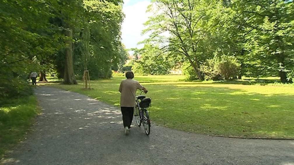 Kola do zahrady nesmí vůbec, i když je cyklista jen vede