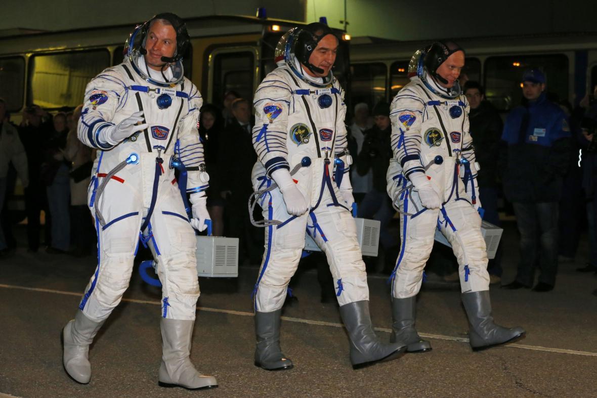 Americký kosmonaut Steve Swanson (vlevo) a dvojice Rusů, Alexandr Skvorcov (uprostřed) a Oleg Artěmjev