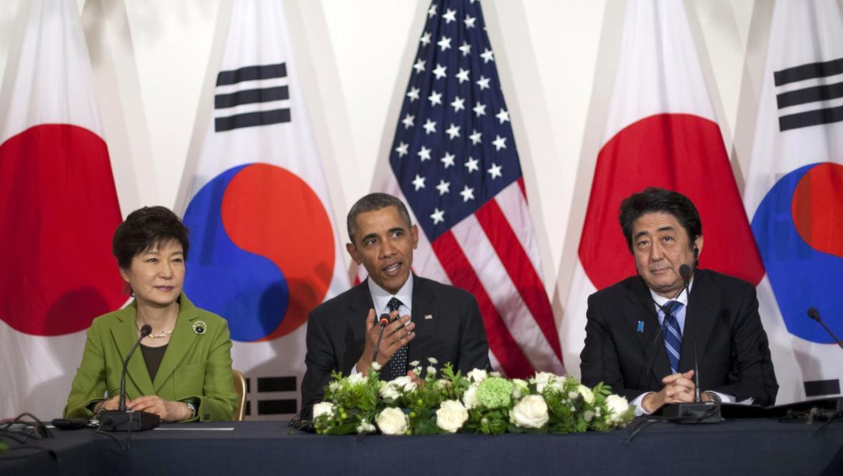 Jihokorejská prezidentka Pak Kun-hje, japonský premiér Šinzó Abe a americký prezident Barack Obama