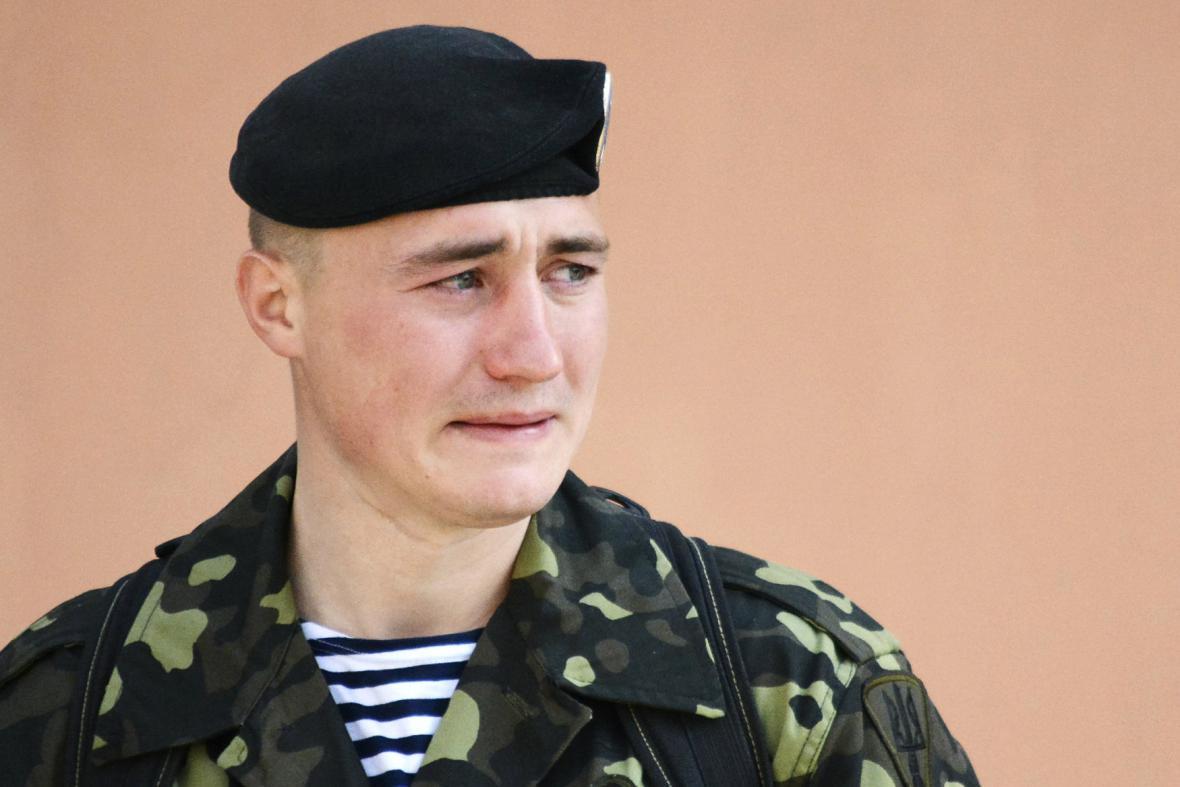 Ukrajinský voják opouští základnu ve Feodosiji