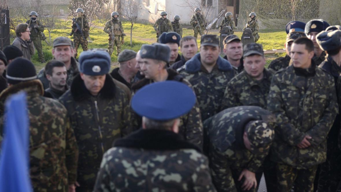 Ukrajinští vojáci na krymské základně v Belbeku