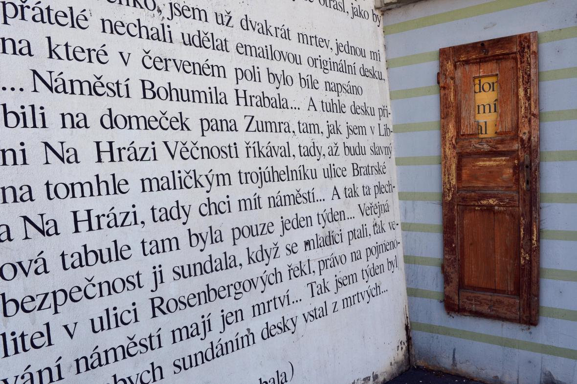 Zeď Bohumila Hrabala v ulici Na Hrázi v Praze 8