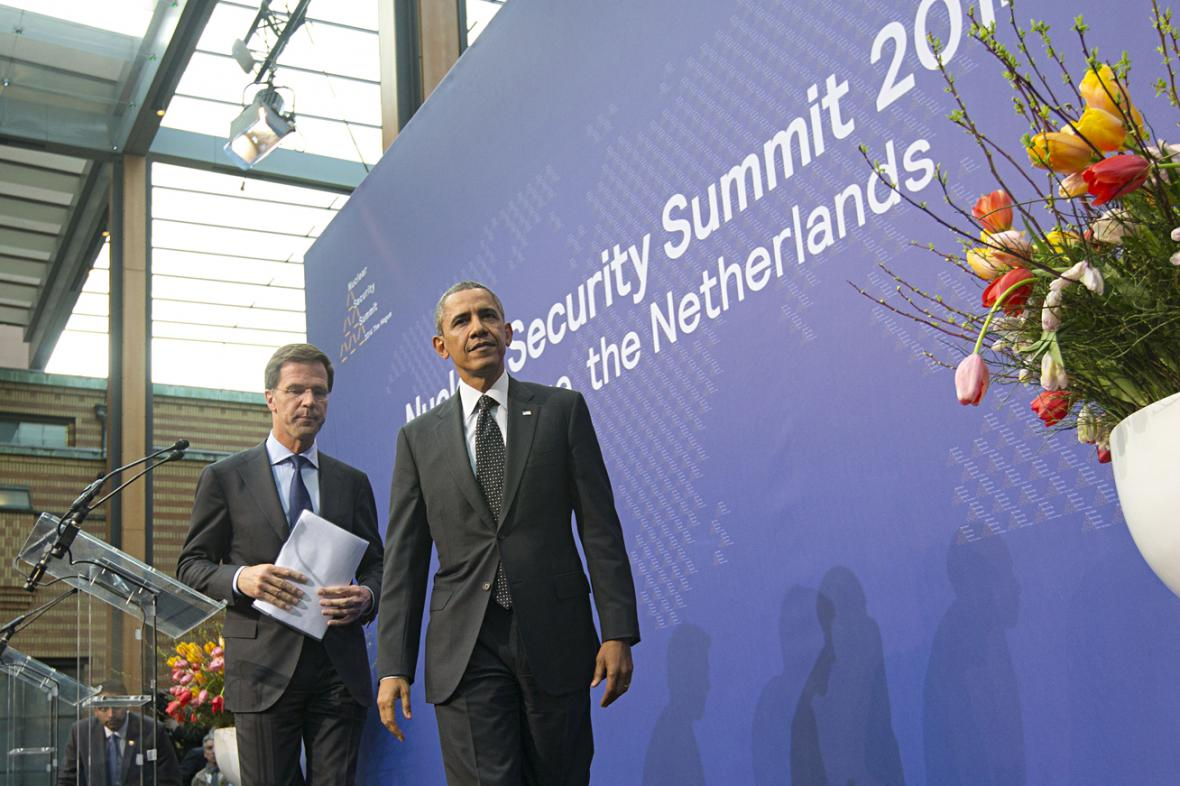 Barack Obama a Mark Rutte na brífinku v Haagu