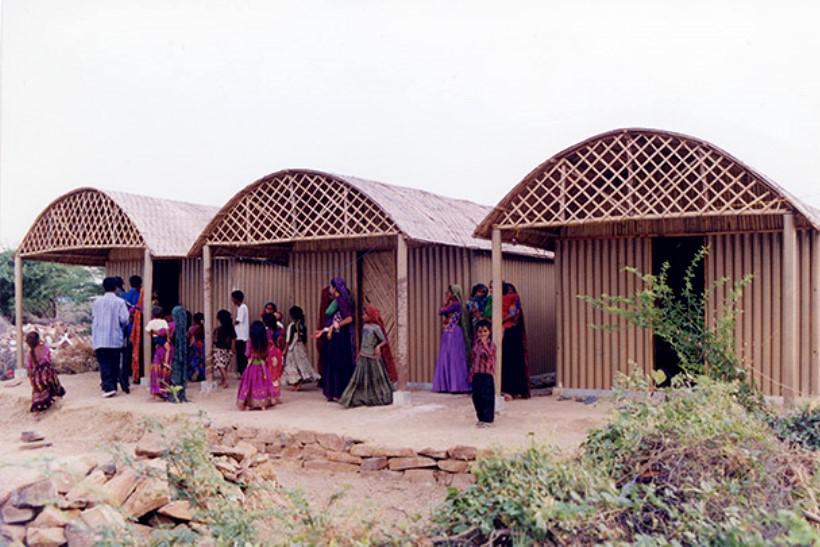 Dům z papírových trubek, Indie, 2001