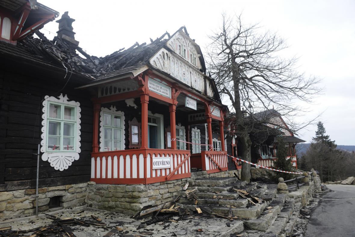 Následky požáru chaty Libušín na Pustevnách