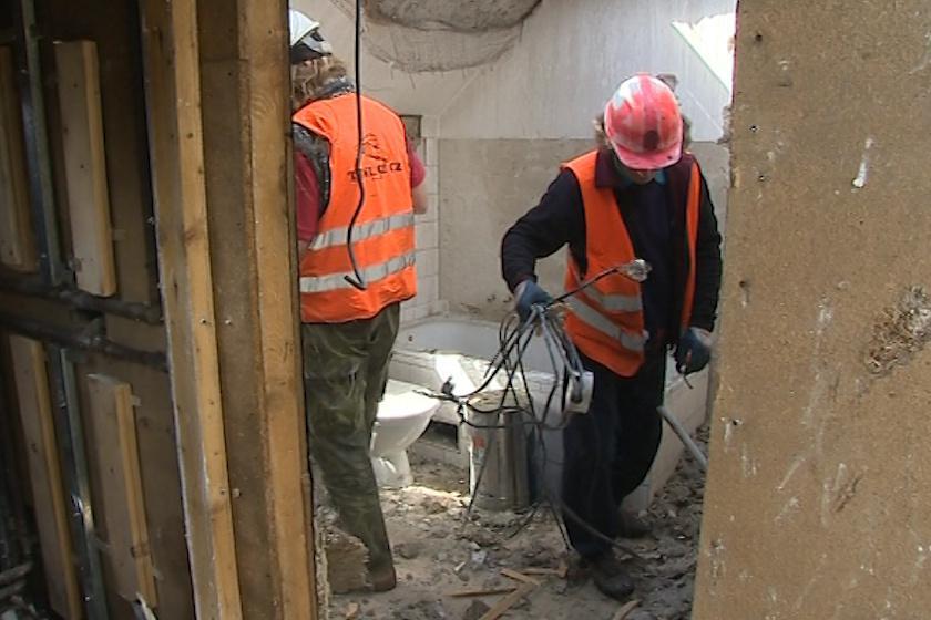 Dělníci stále vyklízejí ohořelé trosky