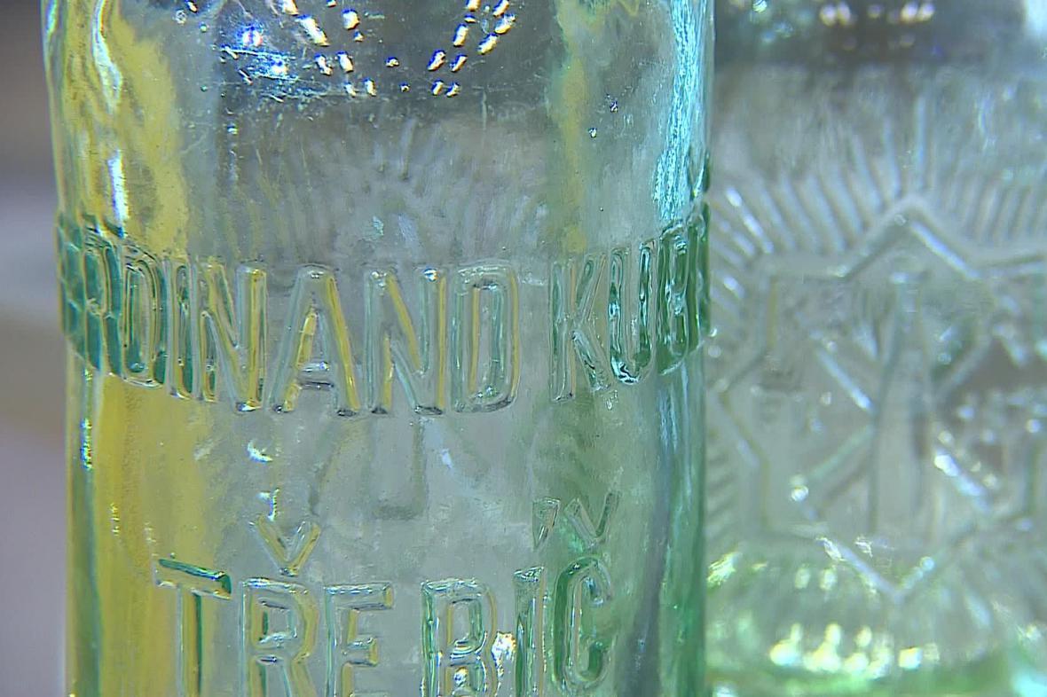 Výstava představuje celou vývojovou sérii třebíčských limonád