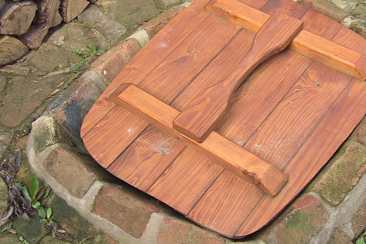 Jímku v minulosti chránil dřevěný poklop