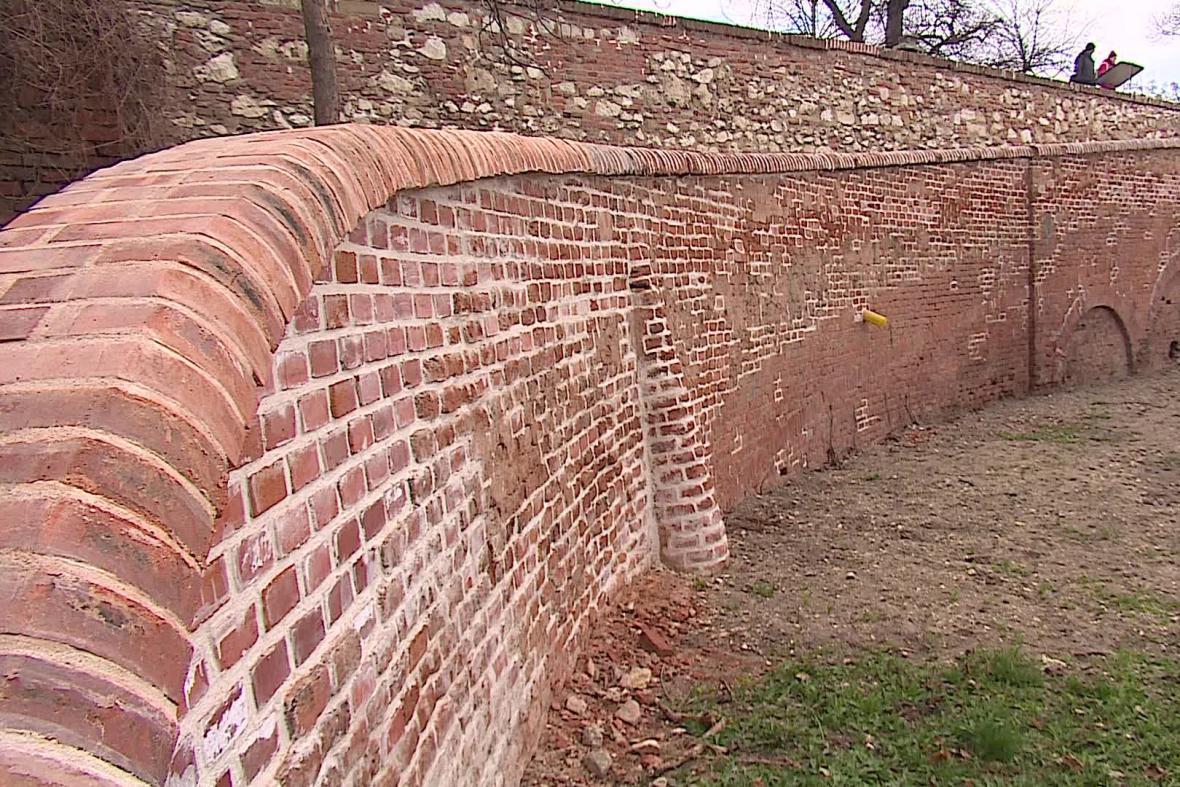 Řemeslníci už opravují zdi zámecké zahrady