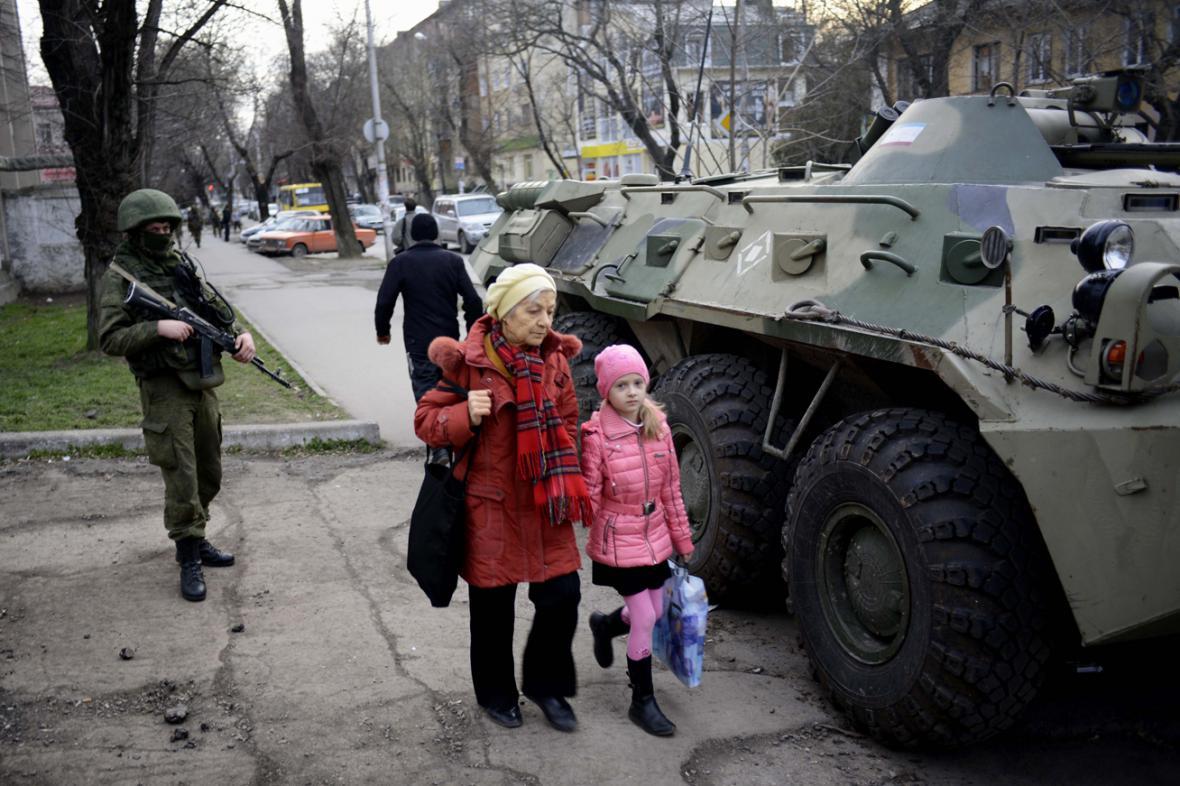Ruská vojenská technika v ulicích Simferopolu