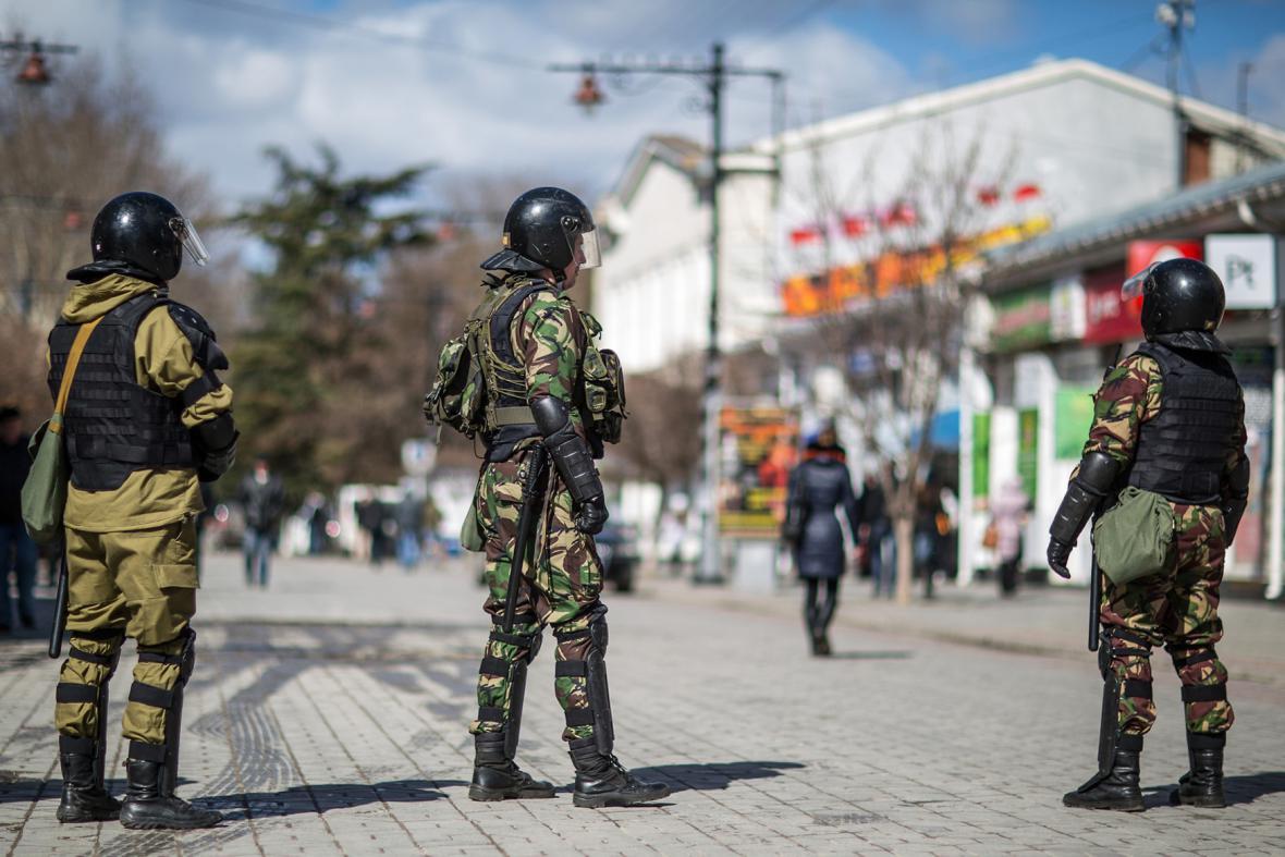 Ozbrojenci v ulicích Simferopolu