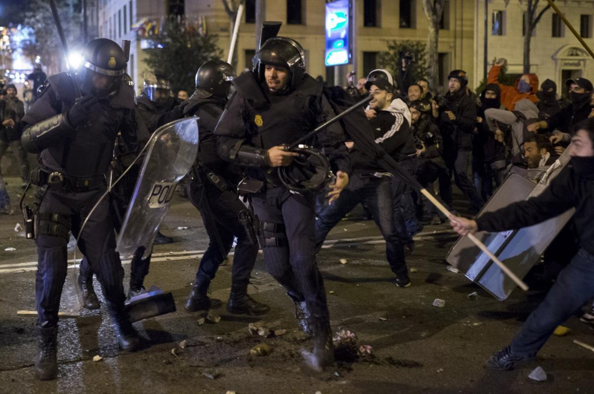 V Madridu se během protestů proti vládě střetla policie s demonstranty