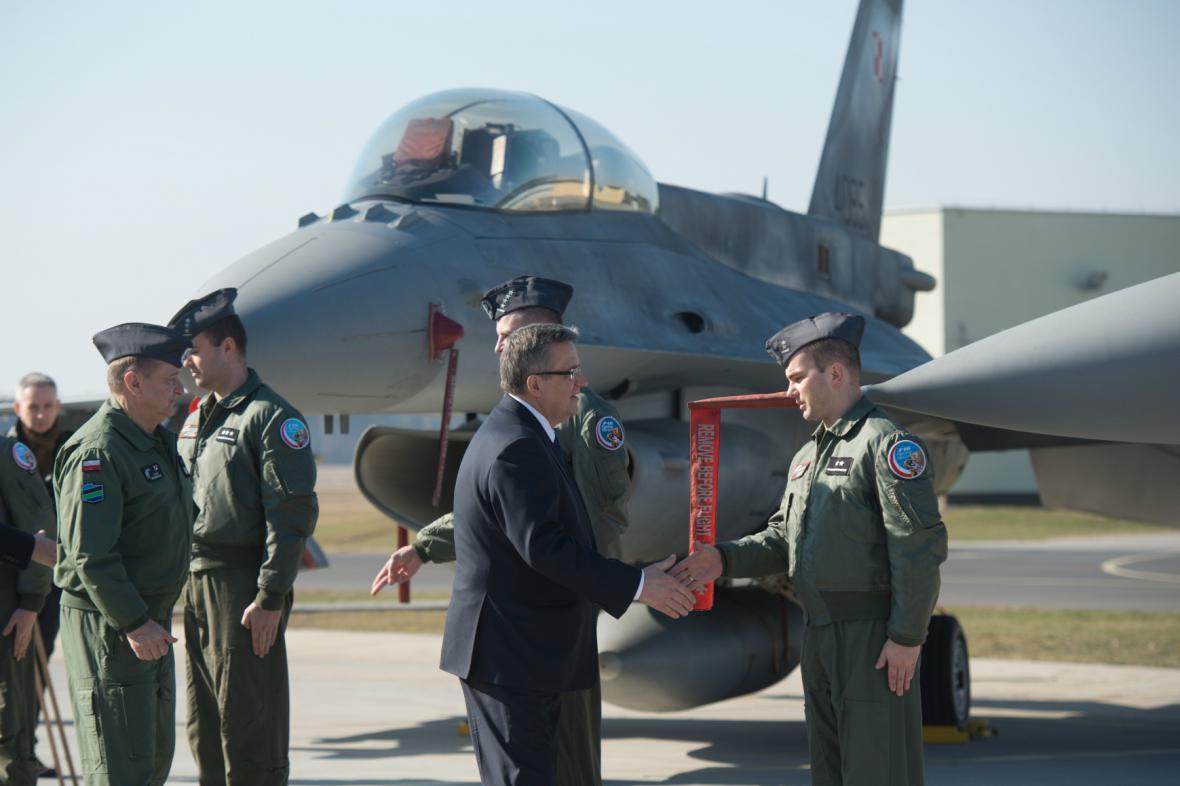 Polský prezident Komorowski vítá piloty amerických stíhaček