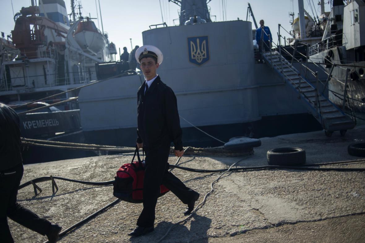 Ukrajinský námořník odchází z obsazené korvety Chmelnickyj