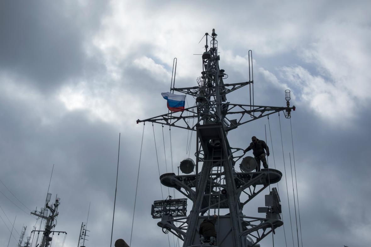 Ruští vojáci vyvěsili na korvetě Chmelnickyj ruskou vlajku