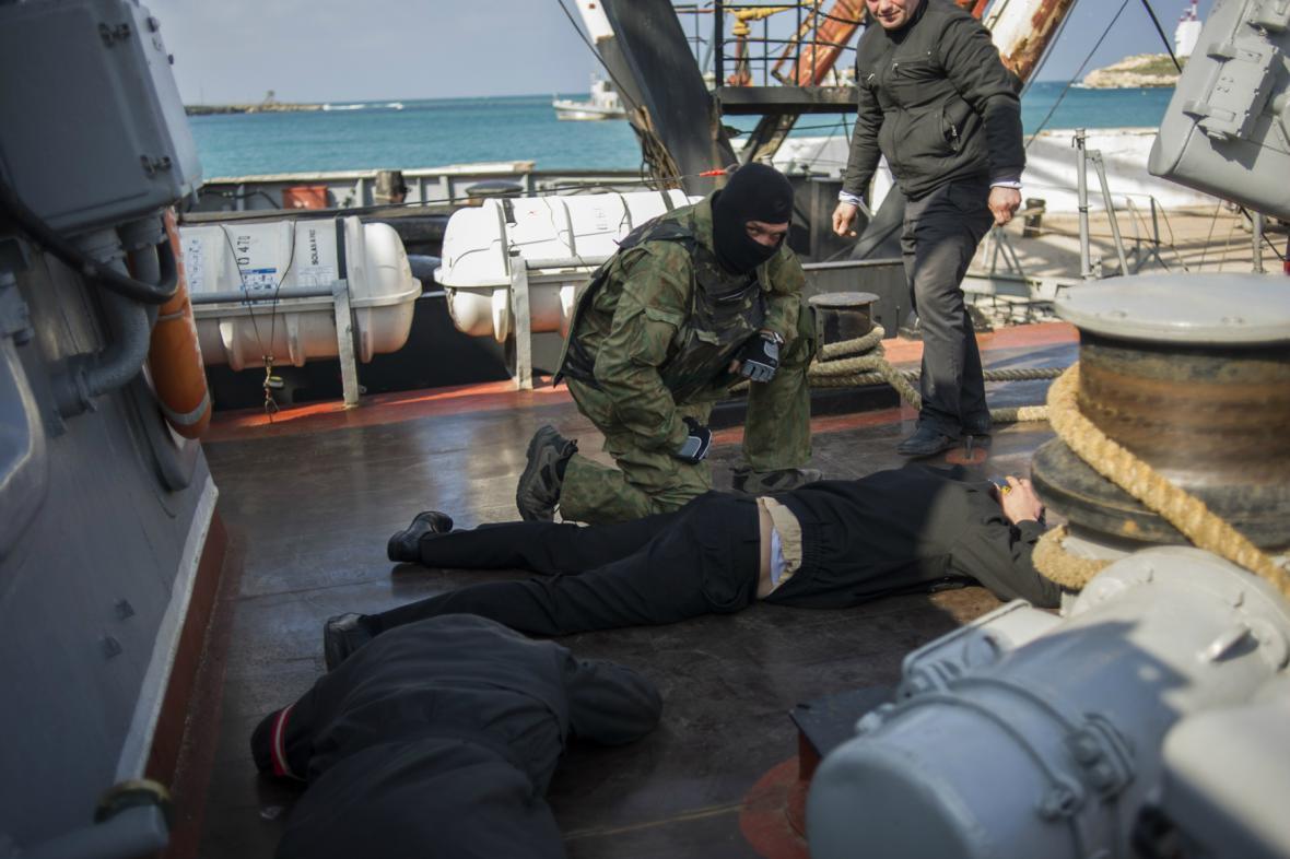Ruští vojáci převzali kontrolu nad ukrajinskými loděmi