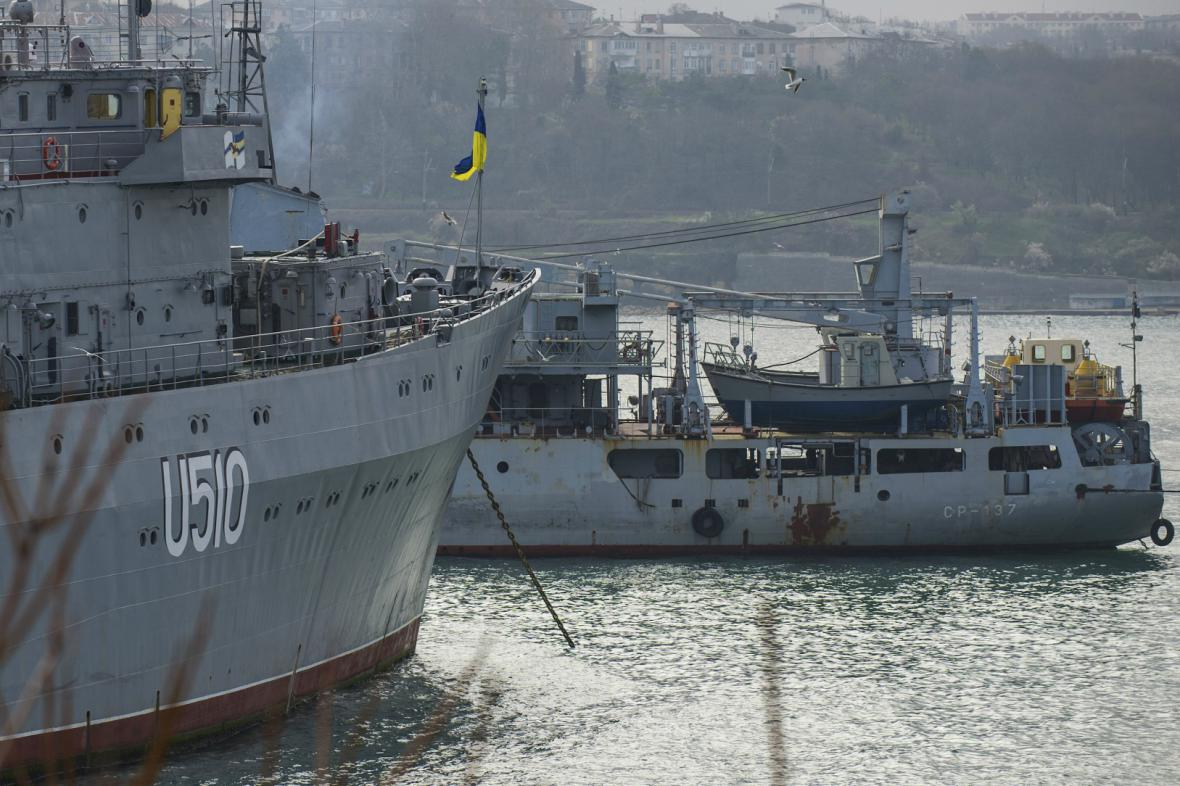 Velitelská loď Slavutič je v Sevastopolu zablokovaná