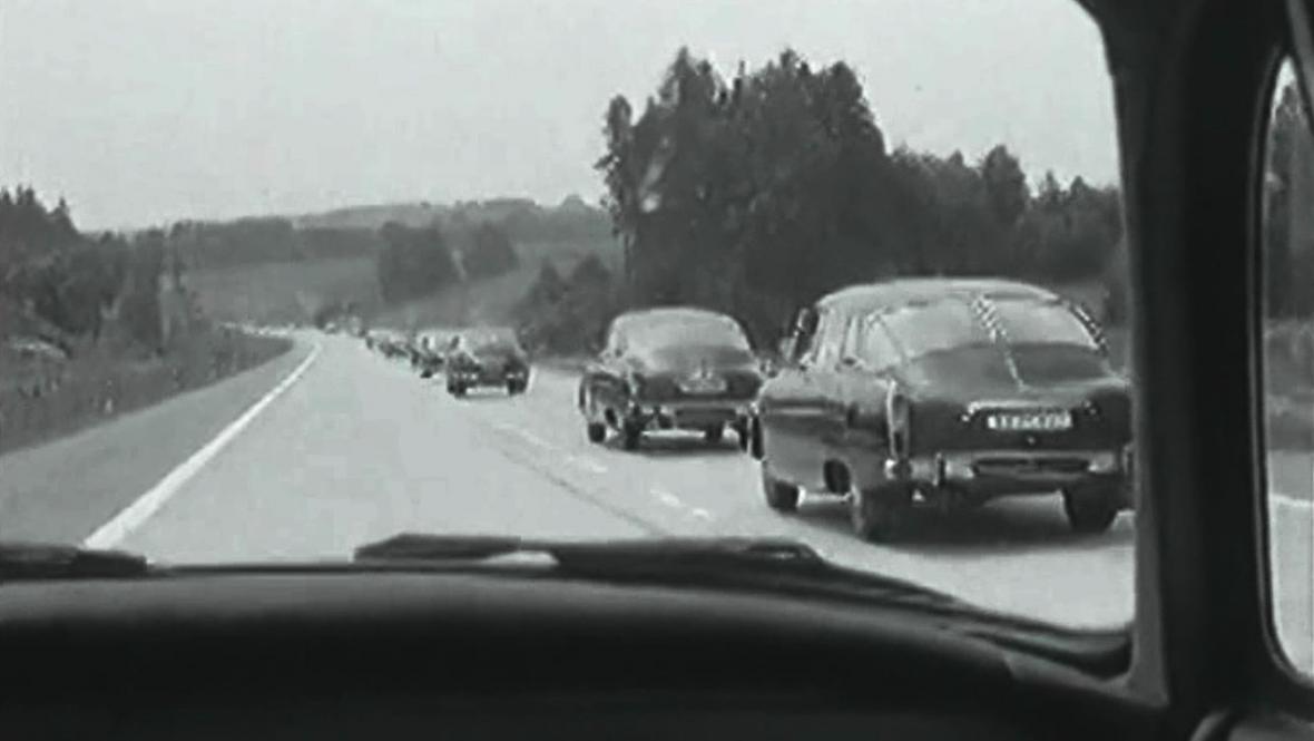 Slavnostní kolona  po zprovoznění prvního úseku dálnice
