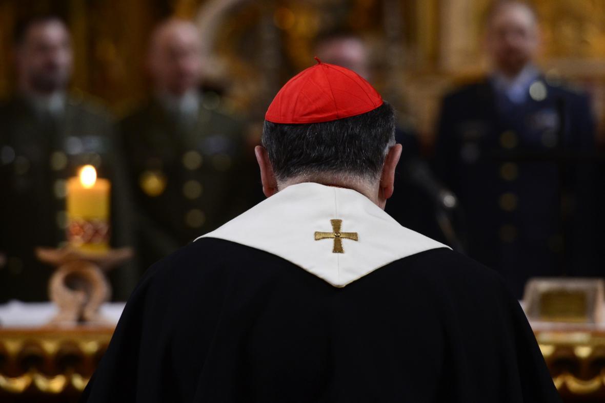 Kardinál Duka požehnal nové vojenské bibli