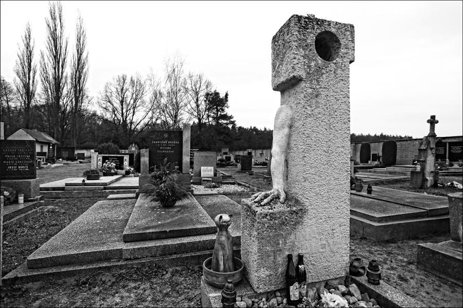 Hrob Bohumila Hrabala v Hradištku