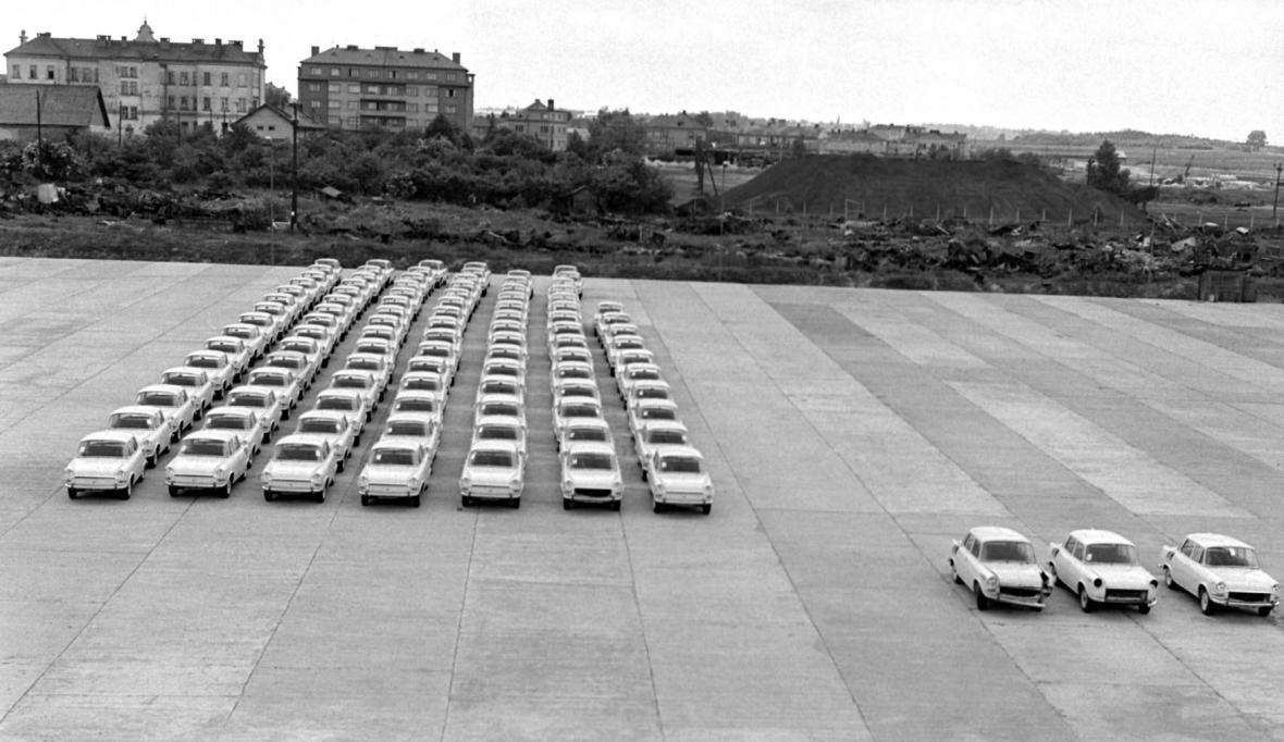 Zbrusu nová embéčka v areálu automobilky v Mladé Boleslavi (1966)