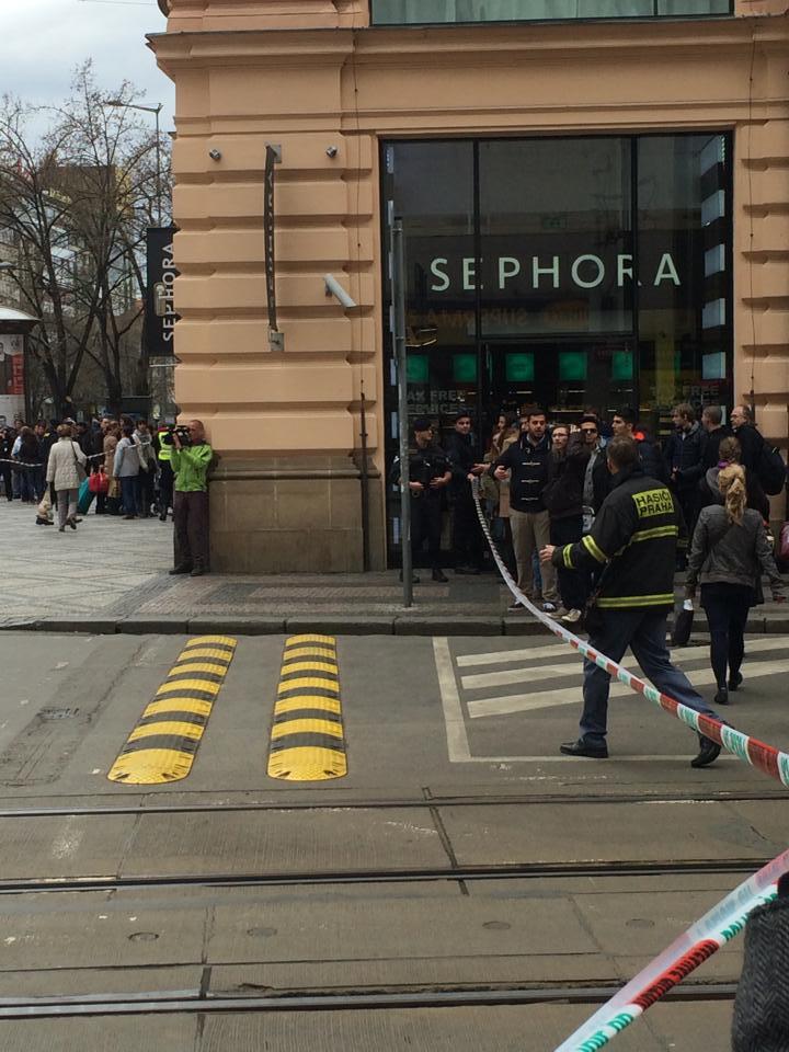 Policie uzavřela okolí Václavského náměstí