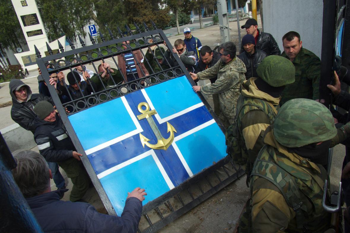 Radikálové obsadili velení ukrajinského námořnictva v Sevastopolu