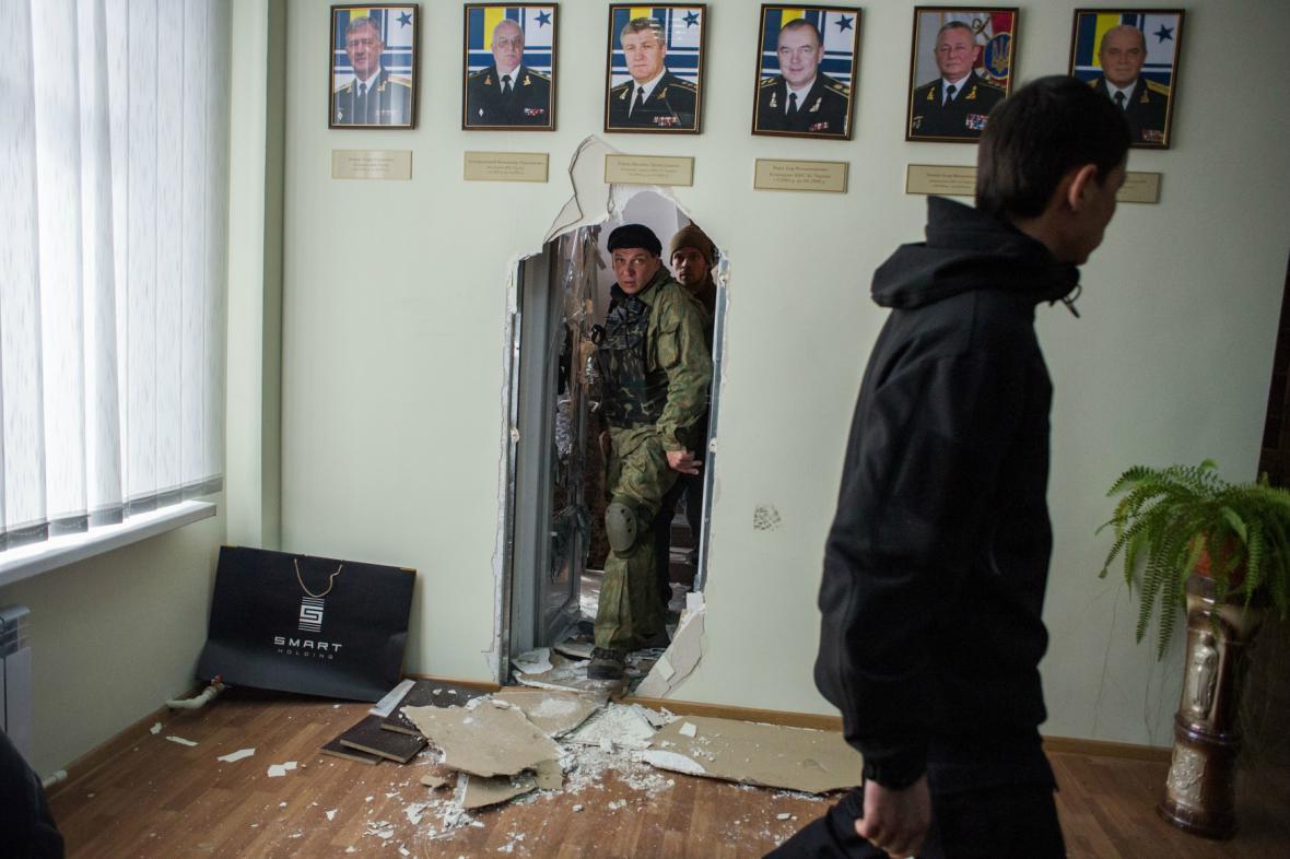 Radikálové v budově velitelství ukrajinského námořnictva
