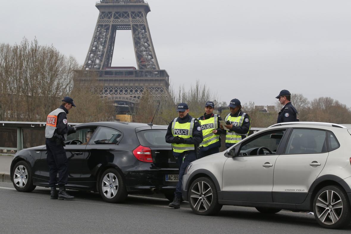 Francouzská policie kontroluje vozy před vjezdem do Paříže