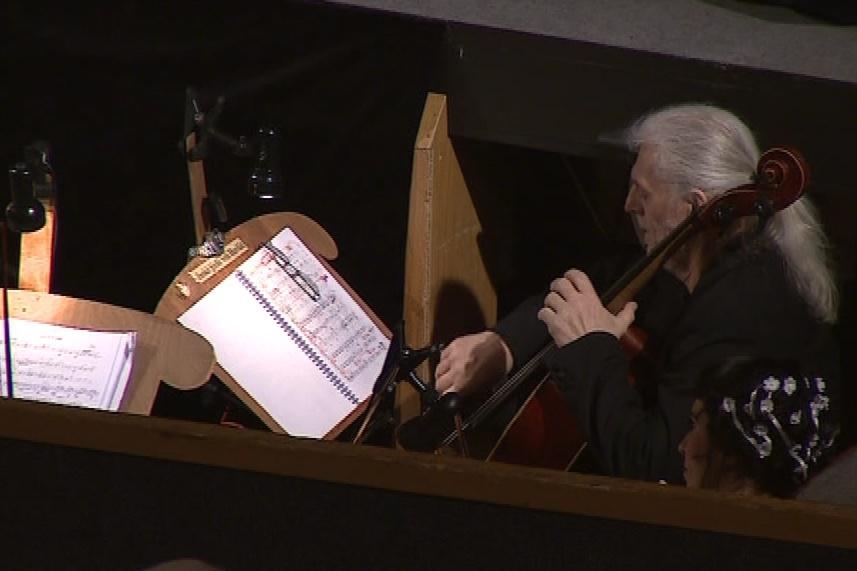 Hudbu v představení zajišťuje pouze komorní orchestr