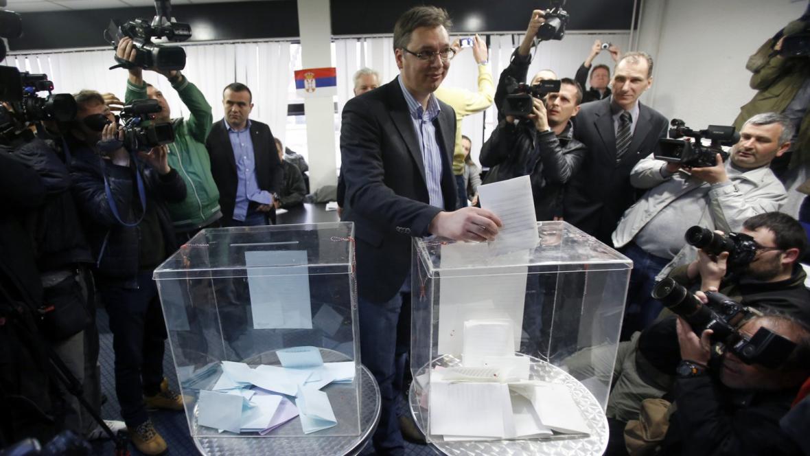 Aleksandar Vučić odevzdává svůj hlas