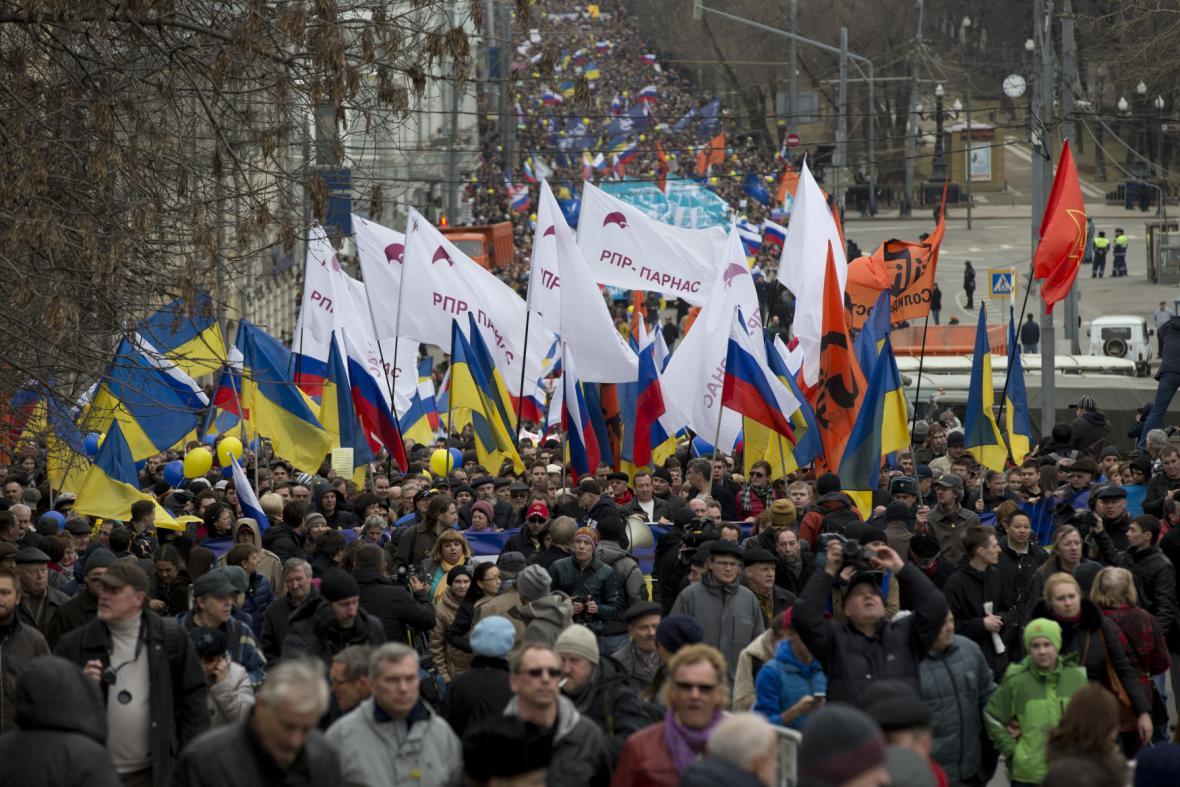 Protesty v Moskvě proti Putinově politice na Krymu