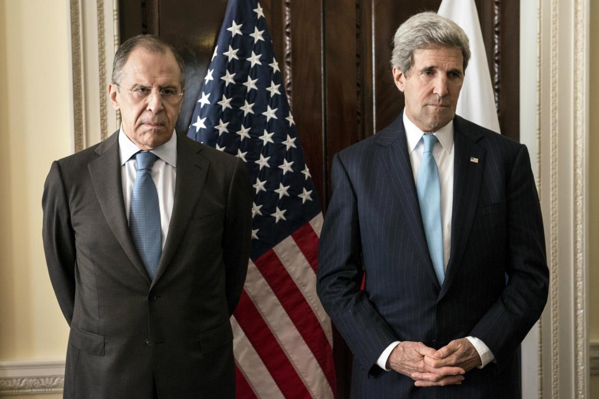 Sergej Lavrov a John Kerry před londýnským jednáním