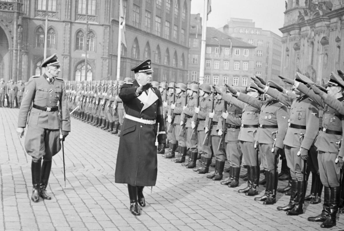 Konstantin von Neurath (vpravo), za ním státní tajemník K. H. Frank u přísahy nováčků SS