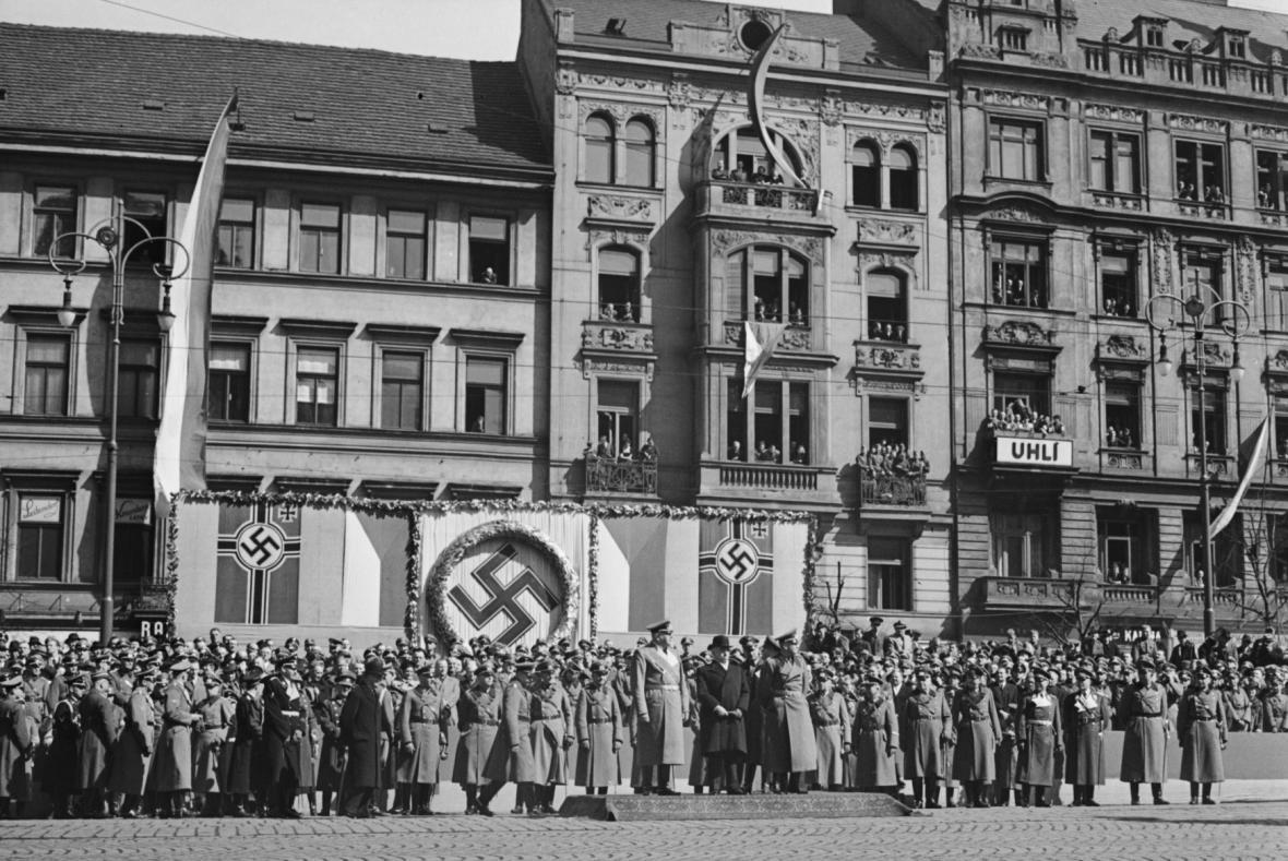 Vojenská přehlídka na Václavském náměstí u příležitosti příjezdu protektora Konstantina von Neuratha