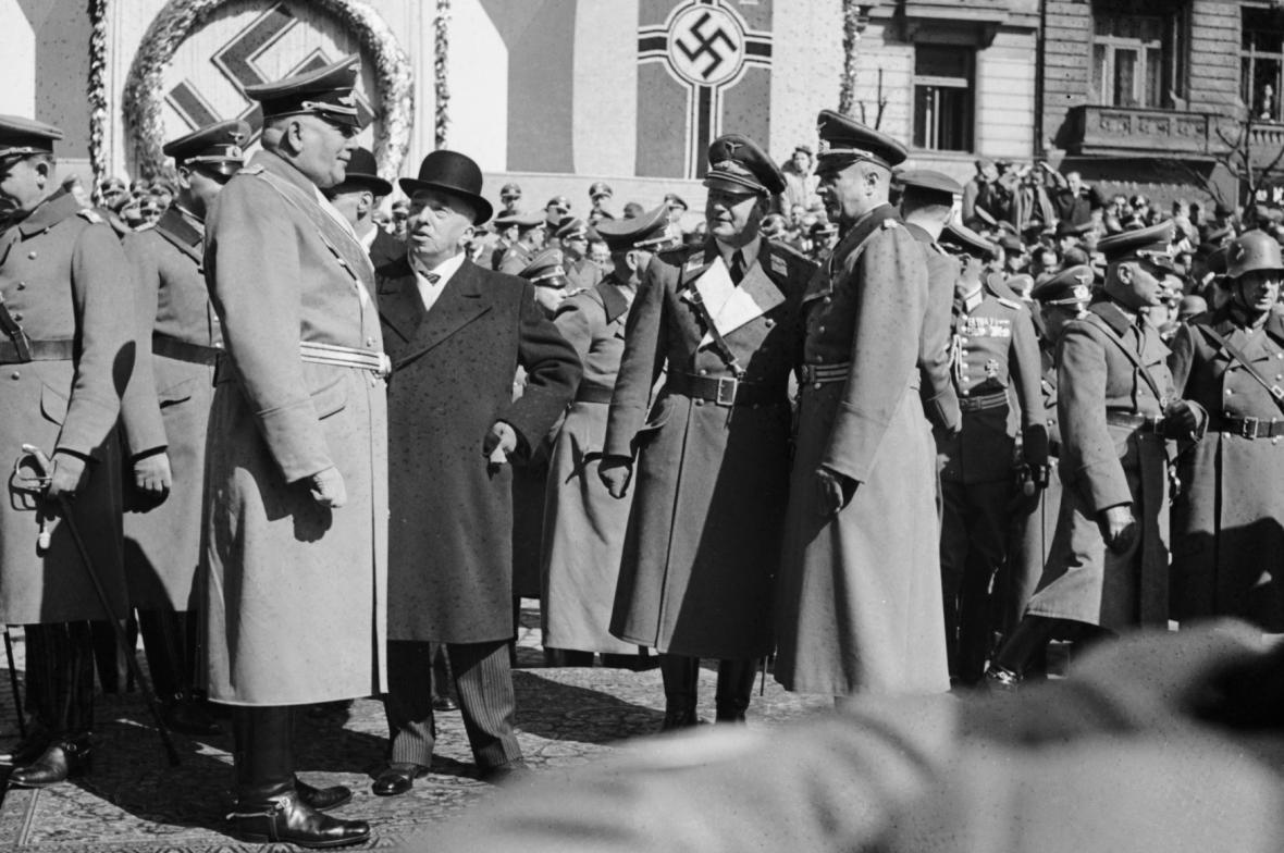 Neurath (v popředí vlevo) v rozhovoru s prezidentem Háchou na vojenské přehlídce na Václavském náměstí