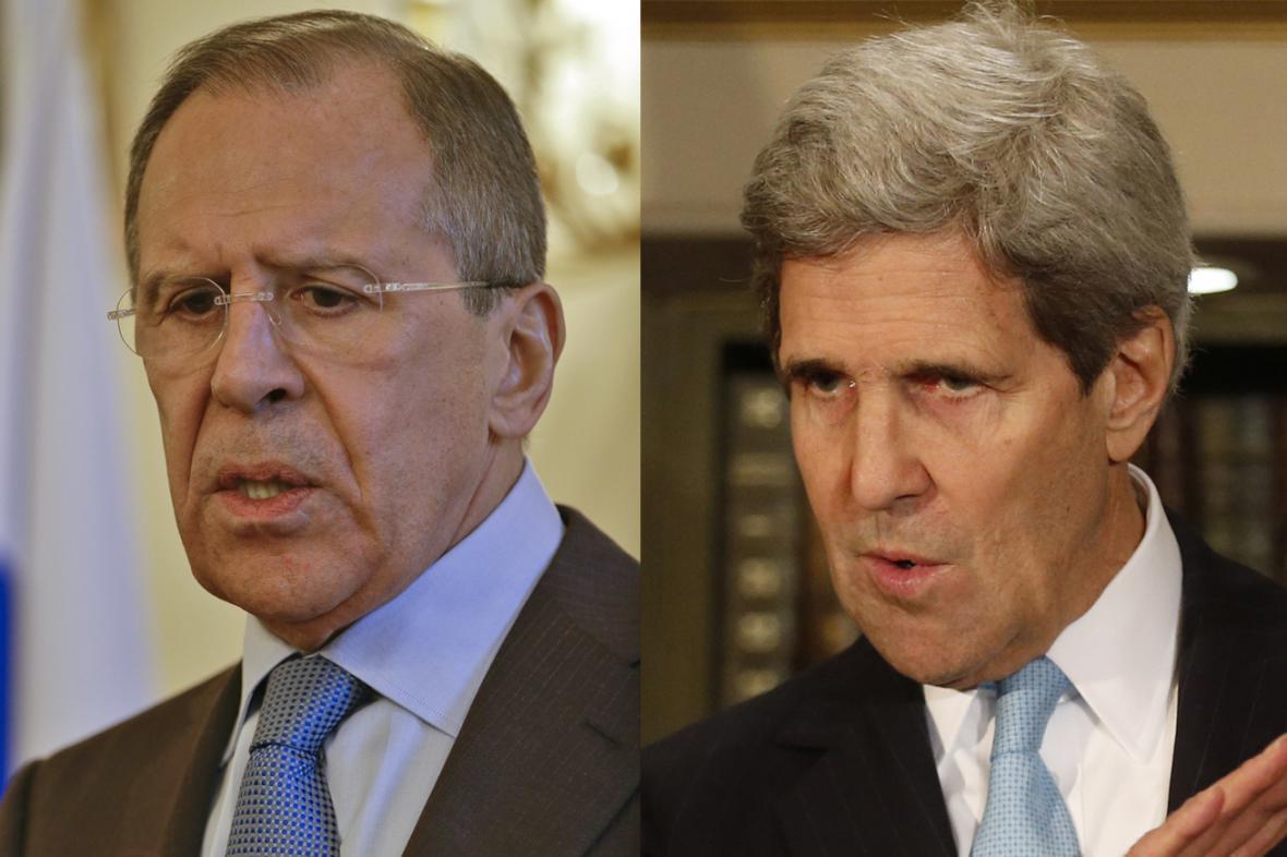 Sergej Lavrov a John Kerry po londýnském jednání