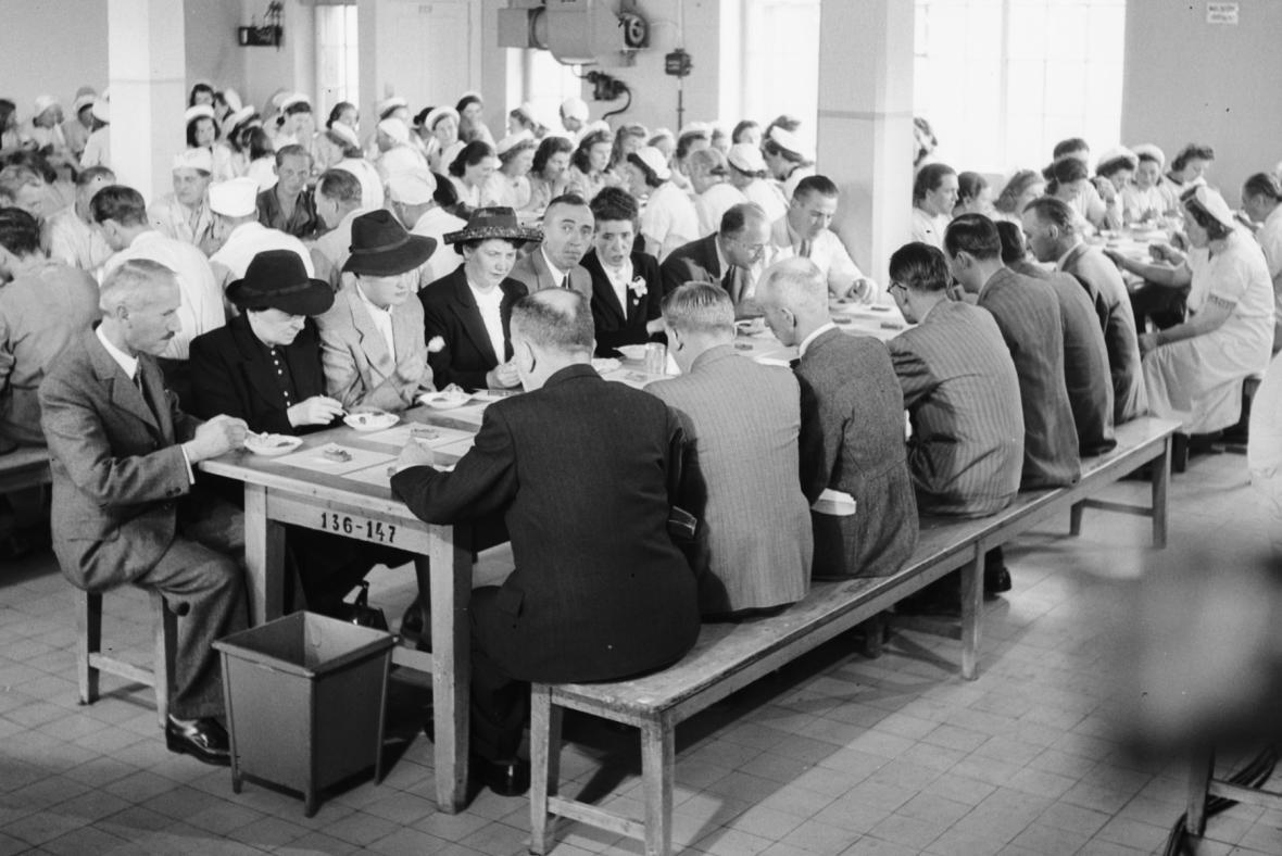 Obědvání v jednom z pražských podniků NOÚZ (5.8.1942)